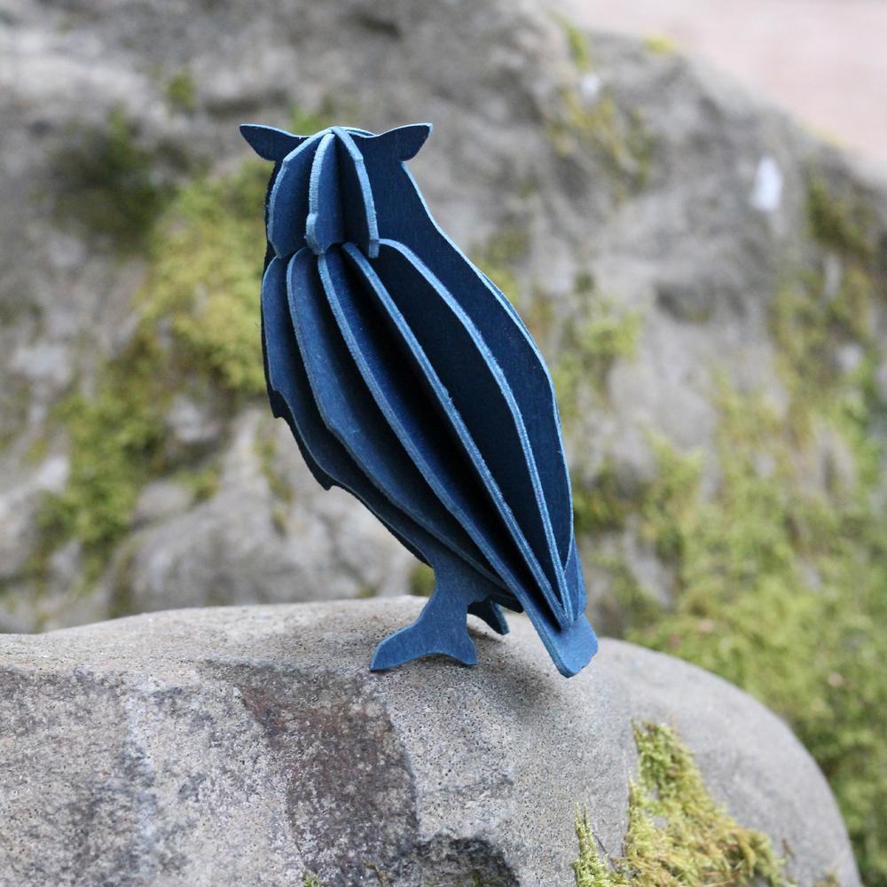 Lovi-pöllö, tummansininen, istuu kivellä, koottava puinen hahmo