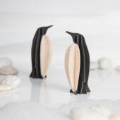 Lovi-pingviinit valkoisessa ympäristössä, koottava puinen hahmo