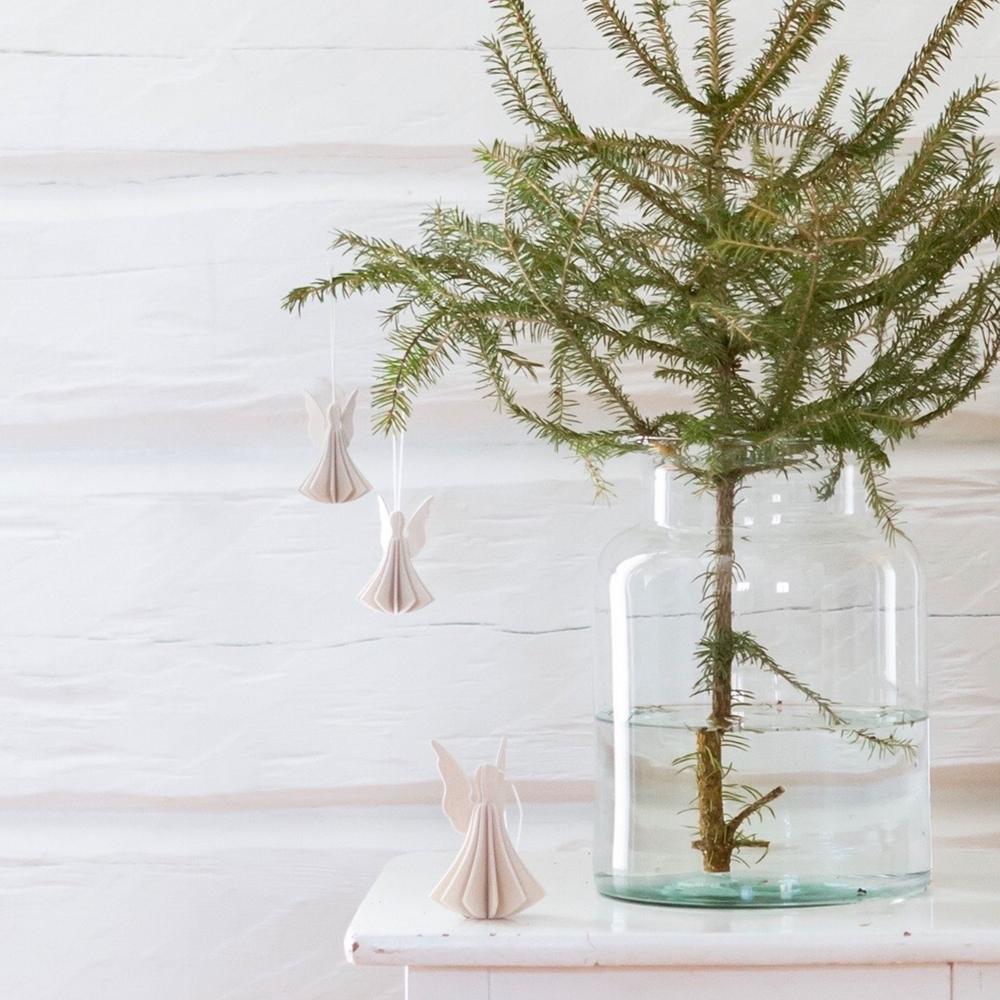Joulukuusenkoristeet pienessä kuusessa. Lovi-enkelit ripustettuina oksille.